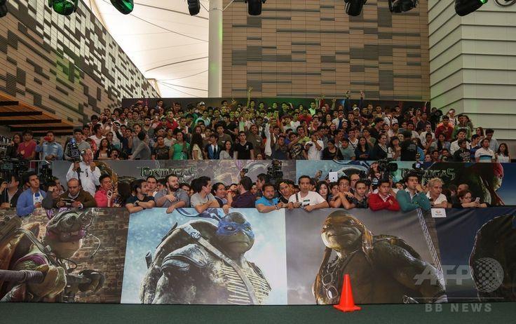 メキシコの首都メキシコ市(Mexico City)で、映画『ティーンエイジ・ミュータント・ニンジャ・タートルズ(Teenage Mutant Ninja Turtles)』の中南米プレミア会場に集まったファンら(2014年7月29日撮影)。(c)AFP/Getty Images for Paramount Pictures International/Victor Chavez ▼1Aug2014AFP|パラマウント、9・11連想させる映画ポスターで謝罪 http://www.afpbb.com/articles/-/3022044