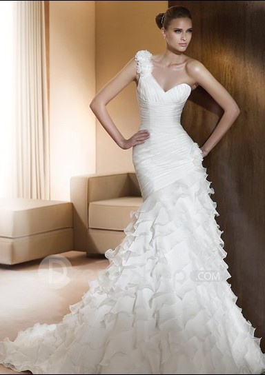 Pretty one shoulder mermaid style wedding dress...