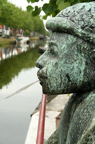Het beeld 'De Krinkiespijer', hier nog bij de (oude) Eurobrug, dat kringen in het water van het Stadskanaal 'spuugt'.