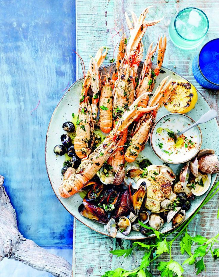 Zeevruchtenschotel met knoflookolie en kruidenmayonaise - Libelle Lekker