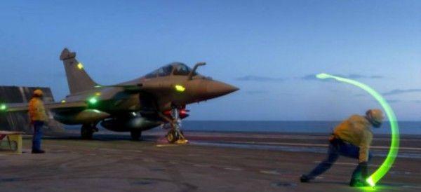 """bombardeo """"Ojo por ojo"""": Francia bombardea posiciones del Estado Islámico de forma masiva Aviones caza del Ejército francés bombardearon el bastión del Estado Islámico en Raqqa, Siria, indicó el Ministerio de Defensa de Francia."""