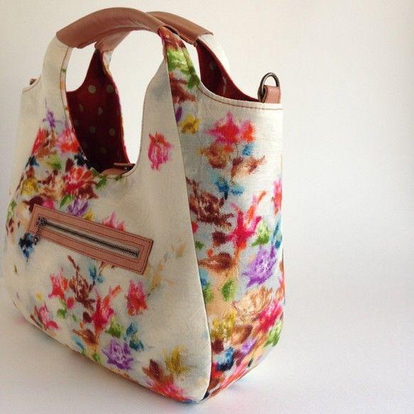 ウールの新古品反物からリュックにもなるバッグを作りました。とても状態の良い、新古品の反物から作りました可愛らしい薔薇をモチーフにしたとても綺麗な色の布です模様は織り柄です中は現代の布です中央にマグネットが付いています。手持ちのバッグ・ショルダーバッグ・リュック 3パターンの使い方ができます!しかも、リバーシブルでお使いいただけます。表:ウール中:綿麻の現代布 本体:約横38㎝×縦37㎝ マチ:底7.5㎝(最大約17㎝)内ポケット:横14㎝×縦10㎝持ち手部分:長さ約30㎝ 本革で巻いてあります外ポケット:ファスナー15㎝ 横15㎝×縦10㎝ショルダー紐:長さ140センチまで調節可能(取り外しできます)☆「まぐ屋」の作品は古布を使用した…
