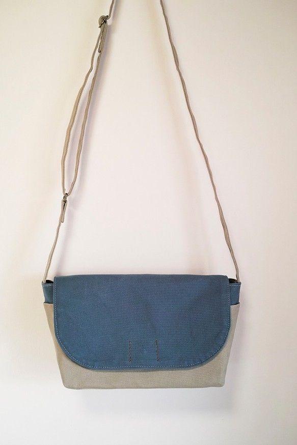 女性が持つのにちょうど良い、小ぶりなメッセンジャーバッグです。(もちろん男性が持ってもOKです!)グレーベージュと青ねず色のツートンカラーの落ち着いた色合いで...|ハンドメイド、手作り、手仕事品の通販・販売・購入ならCreema。