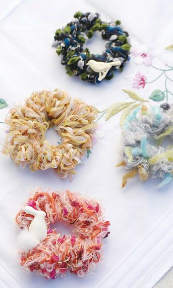 a set of knitting hair ornament with finger - AVRIL Co.Ltd.  AVRILの糸あそび 指編みシュシュキット