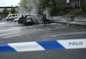 25-May-2013 8:44 - NOG MEER RELLEN IN ZWEDEN. Gisteravond zijn de rellen in Zweden overgeslagen naar een derde stad. Naast Stockholm en Södertälje braken er ook in de stad Örebro ongeregeldheden uit. In Örebro bekogelden circa 30 jongeren de politie. Ook vernielden ze winkelruiten. De oproerpolitie had in Stockholms voorstad Tumba even moeite met een rechtsextremistische groep van 50 man. Achttien mensen werden opgepakt. In de wijk Fittja zorgden 30 gemaskerde en met stokken bewapende...