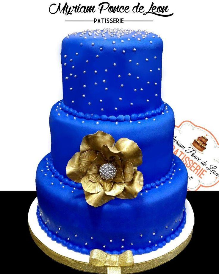 Torta azul con importante flor dorada