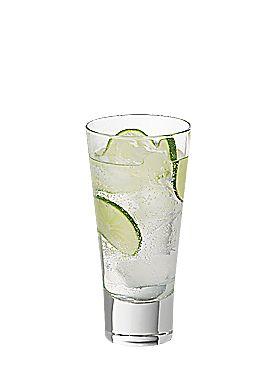Photo du cocktail Gin tonic.L'origine de ce cocktail remonte à 1750 alors que des officiers de la Marine britannique ont eu l'idée d'ajouter de la quinine au gin pour lutter contre la fièvre. La consommation de ce « remède » a même provoqué une hausse de l'alcoolisme en Angleterre. Ce n'est qu'au milieu du 19e siècle que le Gin Tonic a gagné son statut honorable avec l'apparition d'établissements sélects consacrés essentiellement à la consommation du gin.