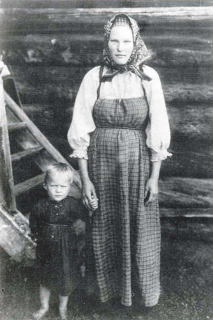 Дочь крестьянина И.Ф. Заозерского с сыном в обычной домашней одежде.-Вологодская губ.