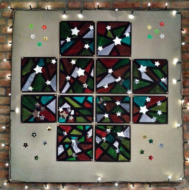 Eenvoudig knutselwerk voor kerst met leuk resultaat. Laat de kinderen afplaktape langs de randen en over zwart stevig karton plakken. De vakken inkleuren met verf in kerstkleuren. Als de verf droog is, de tape verwijderen en een aantal sterren met dubbelzijdig tape opplakken. Gedaan met groep 7/8