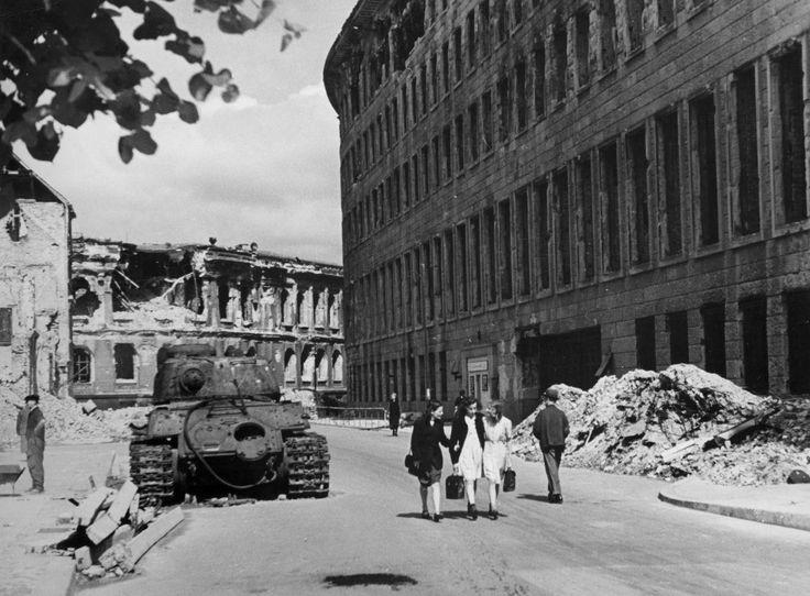 Berlin, Sommer 1945 In der Kurstrasse vor der Reichsbank.Heute steht hier das Aussenministerium.