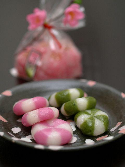 Girl's festival   suama aka & kusa (sweet mochi cakes red, green) & hina sakura mochi fr Mitzuwa