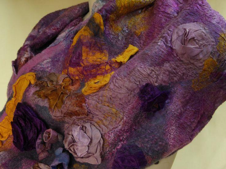 Zijde merinowol colsjaal, hand gevilt, rond, infinity lila tinten met gele accenten door NaaiatelierAnci op Etsy https://www.etsy.com/nl/listing/508159935/zijde-merinowol-colsjaal-hand-gevilt