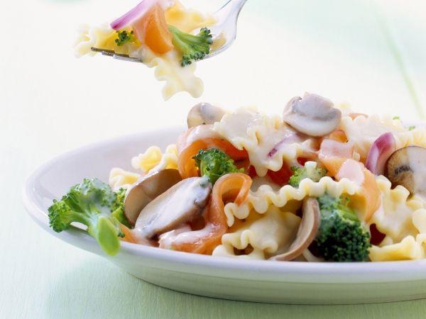 Pasta met broccoli, gerookte zalm en champignons - Libelle Lekker!