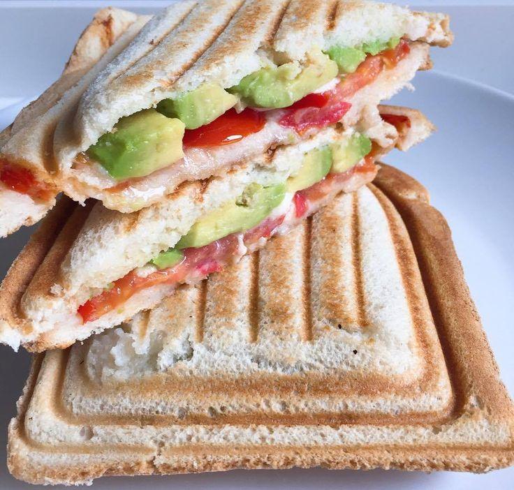 Pour changer du croque-monsieur habituel : jambon, fromage... voilà une recette de croque-monsieur végétarien, plutôt estival aux tomates et à l'avocat.