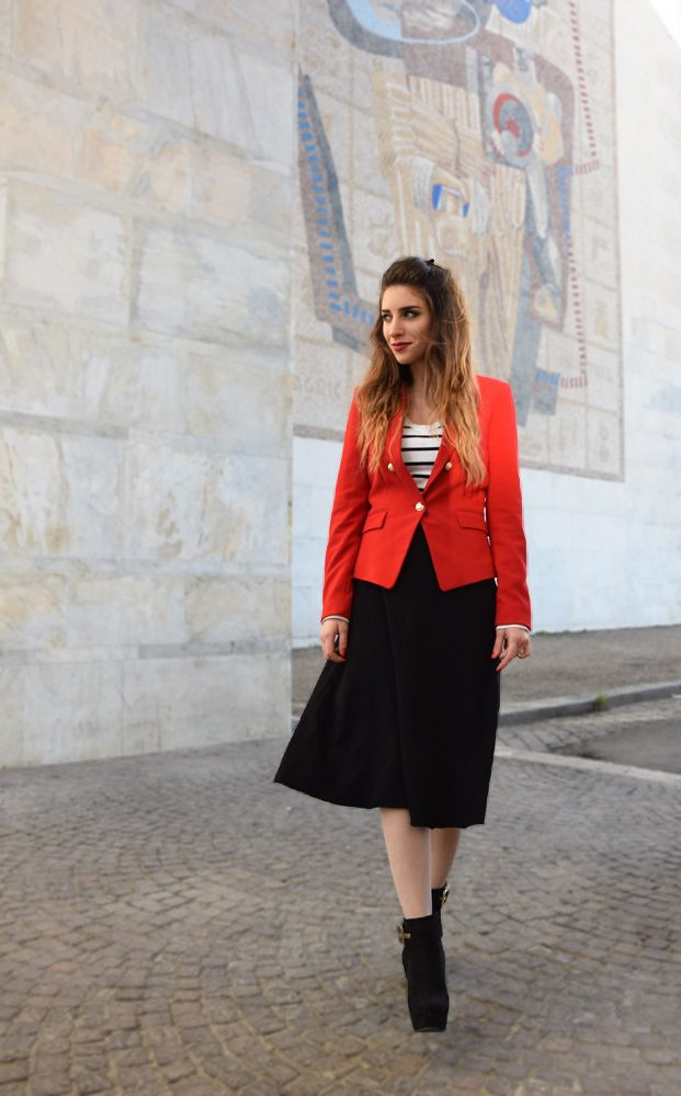 Fashion blogger wearing stripes and red blazer in Rome - ootd - fashion