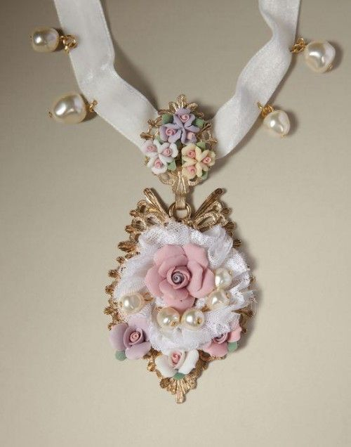 Collar con inspiración barroca con lazo, perlas y relieve de flor como adorno - Foto Dolce & Gabbana