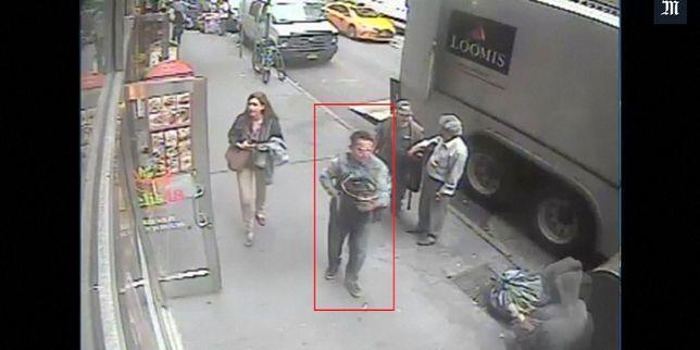 La police de New York publie des images de vidéosurveillance d'un homme qu'elle soupçonne d'avoir dérobé, en pleine rue, un fût rempli d'or. Le butin est estimé à 1,6million de dollars.