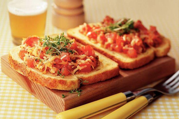 Kijk wat een lekker recept ik heb gevonden op Allerhande! Open sandwich met gesmolten kaas en tomaat