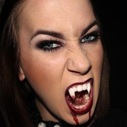 Como fazer uma fantasia de vampira. Tornar-se uma vampira por uma noite é uma das fantasias mais clássicas do Halloween e do Carnaval, uma ideia que nunca sai de moda e que você pode fazer em casa seguindo passos simples e sem gastar mu...