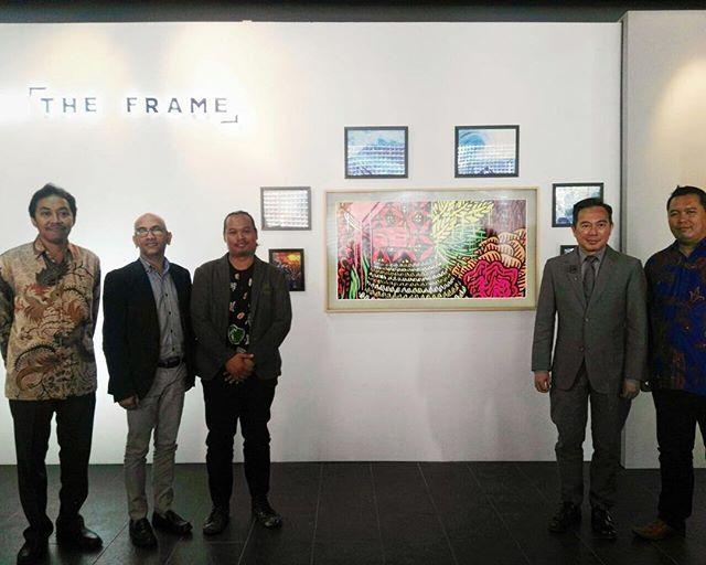 Seniman Eko Nugroho menghadiri peluncuran Samsung The Frame TV inovasi terbaru dari Samsung yang bisa sekaligus tampil bagaikan karya seni. Menurut Eko The Frame adalah kamuflase cantik untuk TV yang bisa menampilkan karya seni sebagaimana bingkai-bingkai yang dipakai di galeri seni atau museum. #bazaarindonesia #HarmonyinFrame #TheFrame @samsung_id  via HARPER'S BAZAAR INDONESIA MAGAZINE OFFICIAL INSTAGRAM - Fashion Campaigns  Haute Couture  Advertising  Editorial Photography  Magazine…