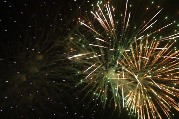 Año Nuevo   En Cuba las tradiciones del Año Nuevo involucran un tema de eliminar los malos tiempos del año anterior y seguir adelante con los buenos tiempos del año nuevo. Simbólico a esto, en la víspera de Año Nuevo se quema una muñeca para representar la eliminación de los malos tiempos del año anterior. En lugar de quemar una muñeca, algunos cubanos arrojan agua sobre sus hombros. Los cubanos celebran el Año Nuevo con grandes exhibiciones de fuegos artificiales en la celebración de los…
