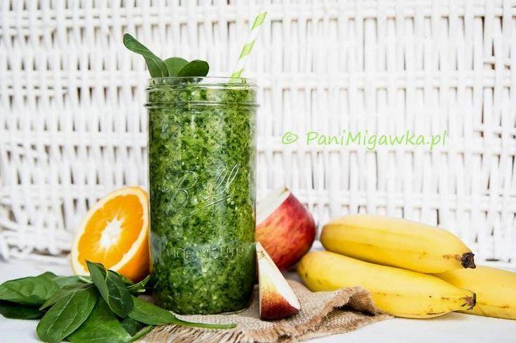 Odświeżające, oczyszczające i pełne witamin wiosenne green smoothie   Składniki:  2 szklanki świeżego szpinaku  1 banan   1 jabłko  1 pomarańcza  trochę soku z cytryny  odrobina startego imbiru pół szklanki wody
