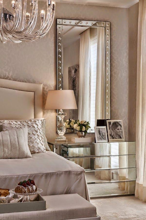 Quarto de casal cheio de conforto e forrado com papel de parede