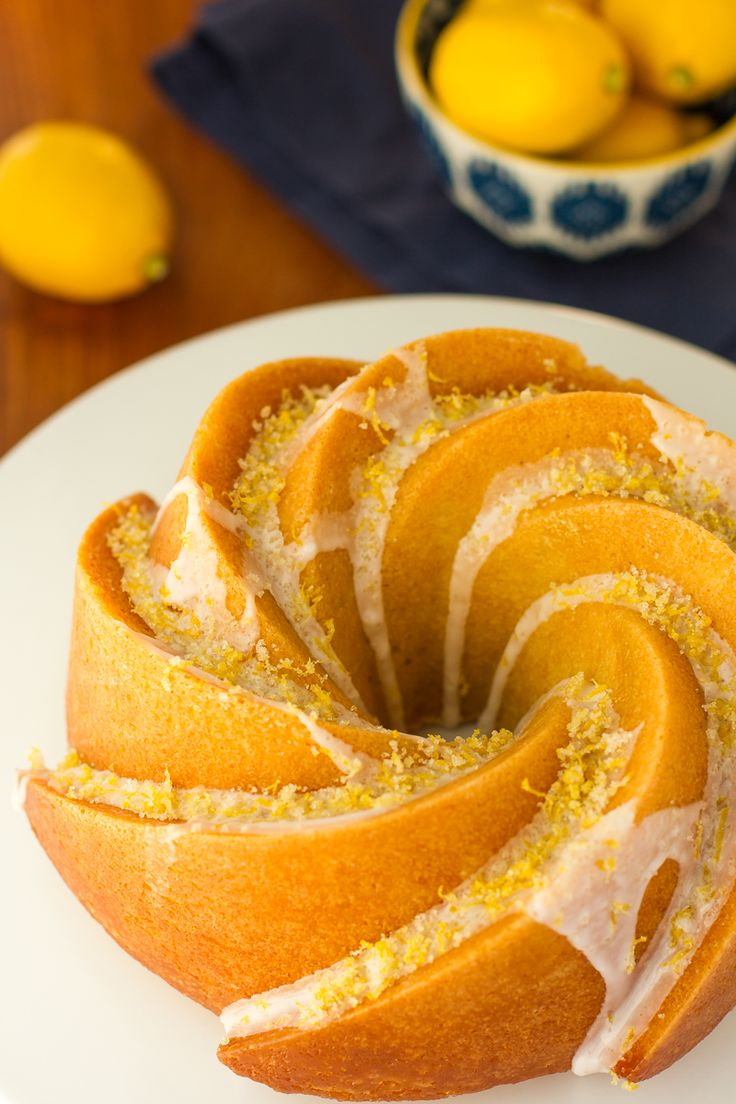 Triple limón Pastel Bundt - deliciosa tarta de limón mantequilla infundido con jarabe de limón, rociados con un glaseado de limón y coronada con una pizca de azúcar de limón = CIELO !!!  A a-morir-para receta de la torta del bundt.  |  a través de @unsophisticook en unsophisticook.com