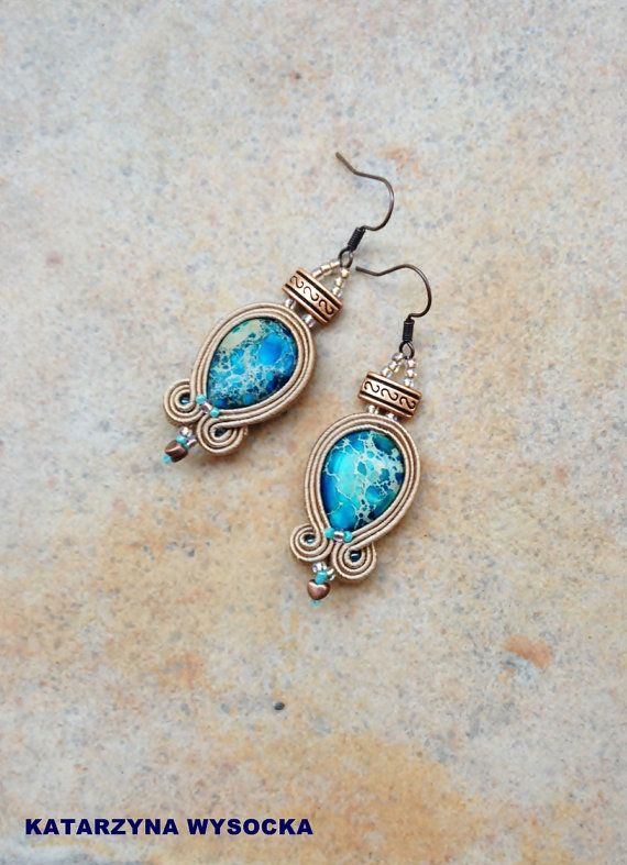 Tingis - small light soutache earrings in blue and taupe with natural jasper and copper elements, orecchini soutache, pendientes soutache
