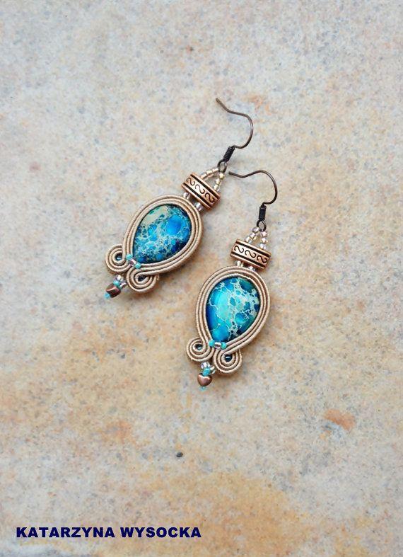 Tingis - small light soutache earrings in blue and taupe with natural jasper and copper elements, orecchini soutache, pendientes soutache