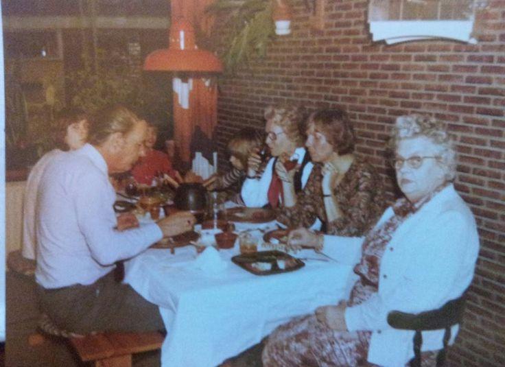 """""""In de jaren '70 ging thuis geen feestje voorbij zonder fondue. Kerst, oud & nieuw, verjaardagen; eigenlijk vonden we altijd wel een reden om de speciale schorten, de fonduevorkjes en de groene borden met vakverdeling voor de sausjes, uit de kast te halen. Hier vieren we mijn achtste verjaardag."""" Jeroen #fotoschrijven"""