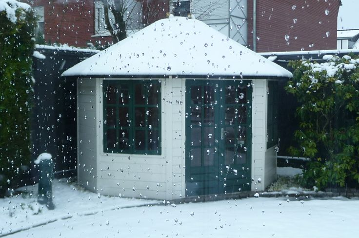 Der Sommer ist Ihnen zu heiß? Kühlen Sie sich ab mit einem Blick auf diesen hübschen Lugarde Holzpavillon mit Schneedach.  Holen Sie sich ein solches Winter Panorama in Ihren eigenen Garten. Der erste Schritt? Ein Klick auf https://www.lugarde.de/shop/holzpavillons-gartenlauben/