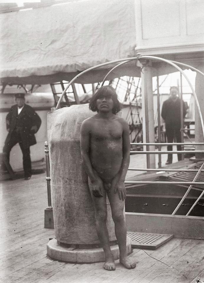 Hombre Kawésqar a bordo del HMS Vanadis långresor, Bahía Borja 1884, Oscar Ekholm.