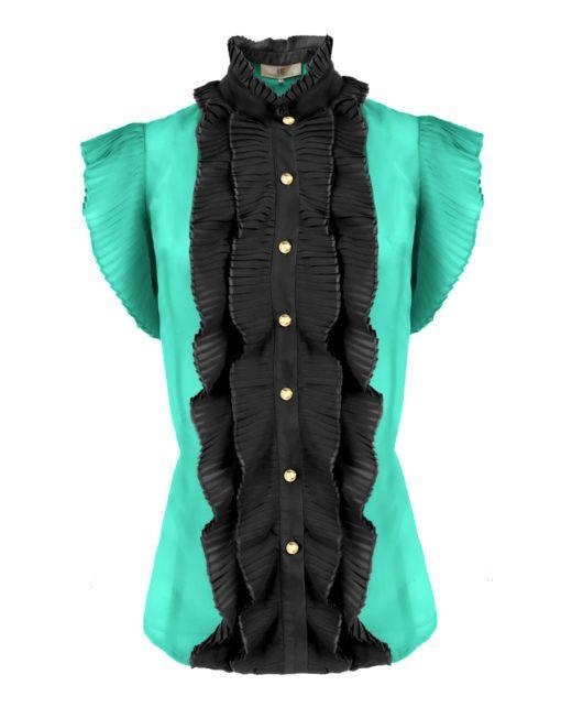 Dahabe Top Groen – Goldie-Estelle -   Deze mouwloze top is van een soepele stof en heeft een hoge kraag. De blouse sluit met gouden knoopjes aan de voorzijde. Rondom de knoopsluiting en op de pofmouwen zijn plissé ruches bevestigd.