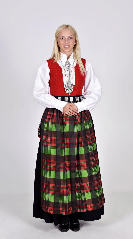 Norwegian folk dress from region of Nordmøre | Rød Nordmørebunad