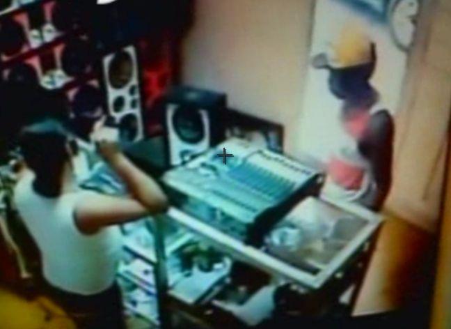 """Ladrón """"Enciega"""" Dueño De Una Tienda Electronica #Video"""