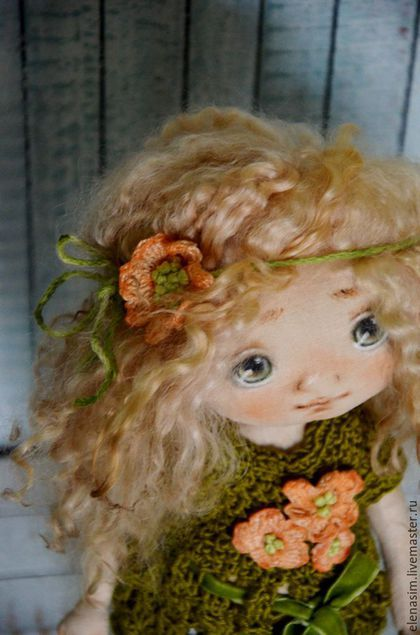 Купить или заказать Маргаритка в интернет-магазине на Ярмарке Мастеров. Маргаритка... маленький нежный цветочек... Авторская текстильная куколка, созданная по моей выкройке.Ручки ножки подвижные, головка поворачивается, тело грунтованное, куколка может сидеть и стоять. Личико расписано вручную, без использования шаблонов, волосы-натуральные овечьи кудри , окрашенные.Прически можно аккуратно менять.Одежда полностью съемная, (обувь моей ручной работы))) ) ..............