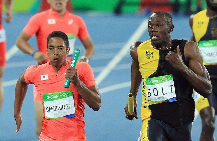 毎日新聞写真部 @mainichiphoto 8月20日 リオ五輪の陸上男子400mリレー決勝で日本が銀メダルの快挙。ボルトが競り合うケンブリッジ飛鳥を思いっきり見ています。#リオ2016 写真特集で。 陸上男子400メートルリレー決勝、ジャマイカの最終走者ウサイン・ボルト(右)と競り合う日本のケンブリッジ飛鳥=リオデジャネイロの五輪スタジアムで2016年8月19日、梅村直承撮影