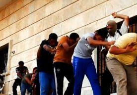 """16-Jun-2014 19:53 - VN GRUWT VAN MASSA-EXECUTIES IRAK. De massa-executies in Irak zijn vrijwel zeker oorlogsmisdaden. Dat zegt de VN-commissaris voor de Mensenrechten Navi Pillay naar aanleiding van de publicatie van foto's van de moordpartij. Volgens haar zitten strijders die banden hebben met de islamitische terreurbeweging ISIS achter de """"koelbloedige, systematisch uitgevoerde executies"""". De executies op de foto's zijn uitgevoerd in de omgeving van de stad Tikrit, zegt Pillay..."""