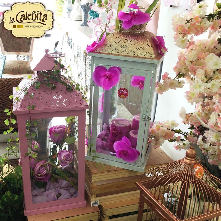 Muy Shabby Chic es este farol rosado con un arreglo floral en tonos rosas y violeta ¡Súper romántico! 🙋💖😍 #DecoracionBodas2017 #TendenciasDecoracion2017 #CentrosdeMesa