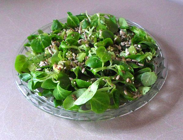 Sałatka z roszponki - przepis na szybkie wykonanie zdrowej i apetycznej sałatki z dodatkiem sezamu, słonecznika, siemienia lnianego.  #sałatka_z_roszponki #roszponka #sałatka