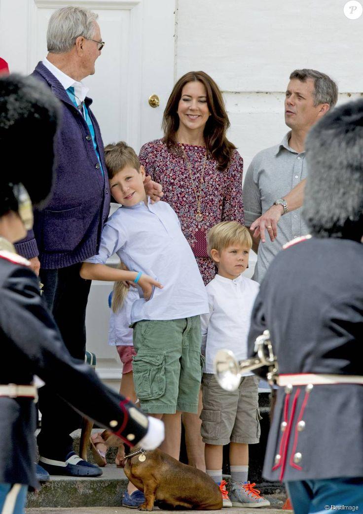 Le prince Henrik entourés du prince Frederik, sa femme la princesse Mary, leurs enfants, le prince Vincent et le prince Christian - La famille royale de Danemark lors de la relève de la garde au palais de Grasten, le 24 juillet 2015.