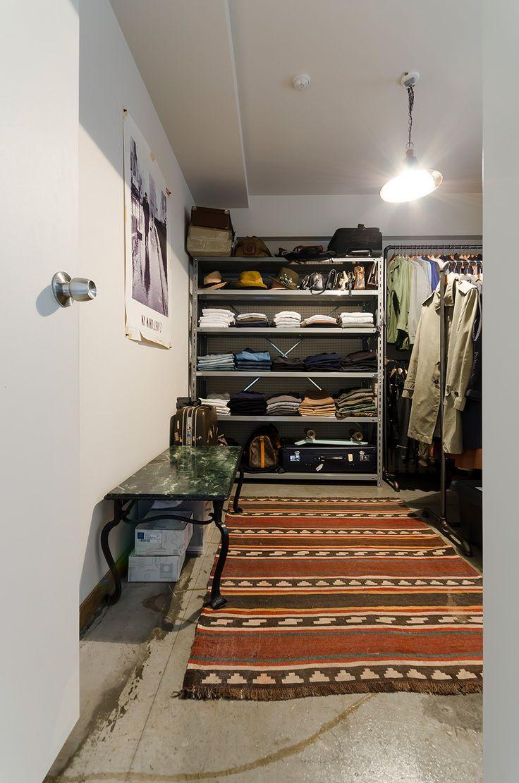 6帖の部屋を衣装部屋に。床はカーペットをはがし糊の跡をあえて残した。大味な雰囲気の箱に工場のランプを吊り下げて。拓郎さんの好みが強く反映された男っぽい空間。