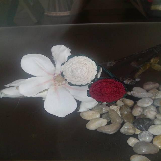 Diadema de rosas de piquillo para las mas romanticas. Se hacen en los colores que prefieras combinadas o en el mism color.