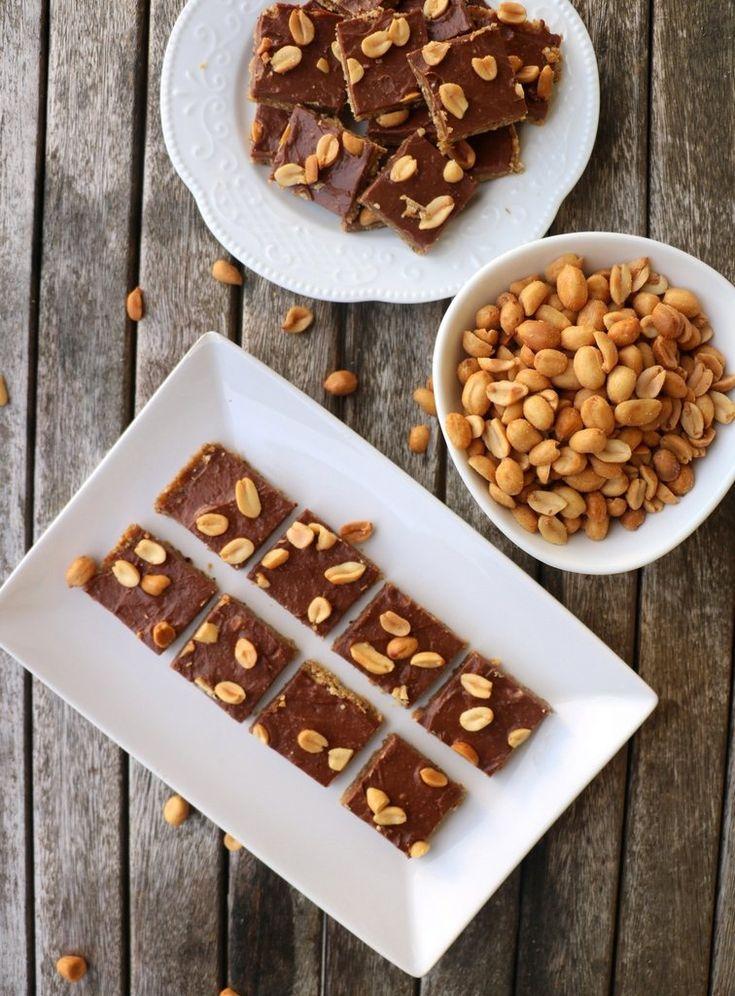 Snickerskake Bunn 200 g salte peanøtter 80 g havregryn 150 g ferske, saftige dadler (ca. 7-8 store) * 2 ss sukrin gold evt. litt smelta smør  Fyll 2,5 dl vikingmelk eller fløyte 4 ss sukrin gold 15 g smør 30 g sukkerfri, mørk sjokolade (minst 60%)  Topping litt salte peanøtter