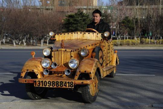 Oldie but Woody: Der chinesische Zimmermann Liu Fulong aus Shenyang präsentiert im April 2015 seinen neuesten Streich. Ein selbst gebasteltes E-Auto aus viel Holz, das 500 Kilo wiegt und bis zu 60 Sachen schnell fährt. Es ist nicht das erste Auto dieser Art, das er baute