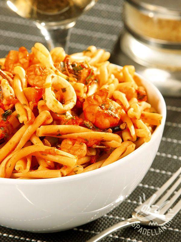 Pasta with fish sauce - Gli Strozzapreti alla corsara sono un primo di pesce golosissimo, perfetto per portare in tavola il sapore del mare in tutte le stagioni!