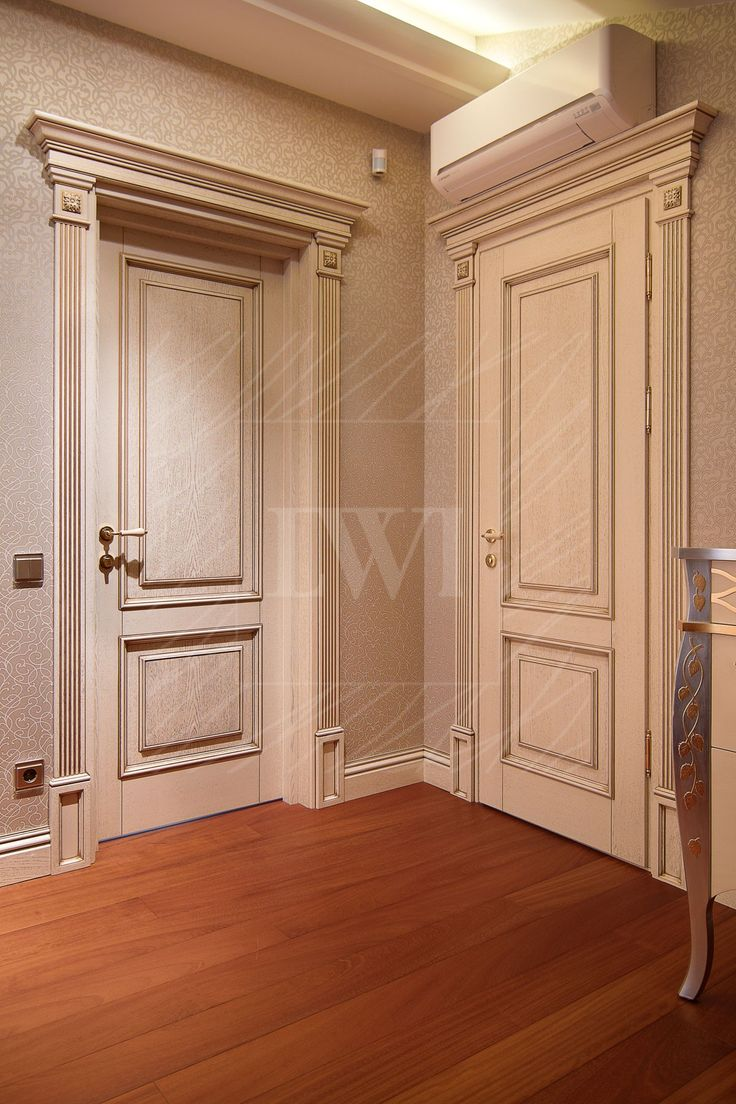 Двери из дуба белого цвета с патиной и каннелюрным наличником