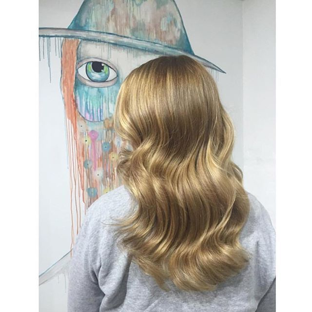H O N E Y #colour by @teneilerobinson Teneile lifted this clients hair from a level 6 warm brown. She achieved this colour by using a mixture of balayage and babylight techniques. Using k.blonde 9% with olaplex. Glossed with Lakmè 9/00 10/30 #balayage #babylights #highlights #honey #caramel #edwardsandco #edwardsandcomelbourne #olaplexau @haircareaust @olaplexau by _edwardsandco