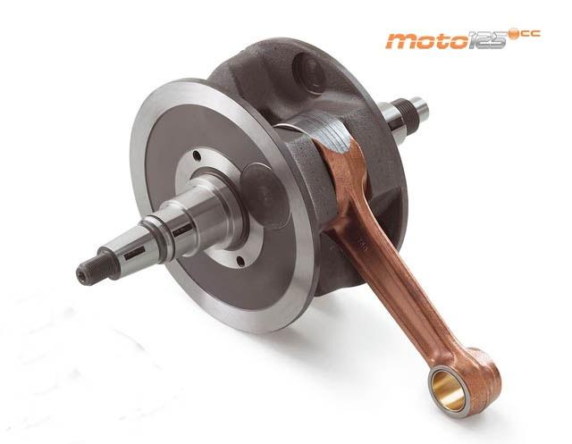 Como en el motor 2T, es el componente que transforma el movimiento lineal del pistón en circular. Cuenta con un cierto peso que, al hacerlo girar, se convierte en masa de inercia ayudando a que el movimiento sea constante en las fases en las que no hay explosión. Dispone de unos conductos interiores por los que pasa el aceite para su lubricación.
